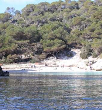 La playa de Macarelleta es una playa pequeña de arena blanca donde se prectica nudismo, es famosa por su color turquesa del agua cristalina