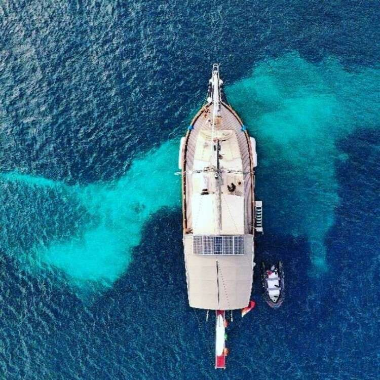 Vista aerea de barco velero en Menorca