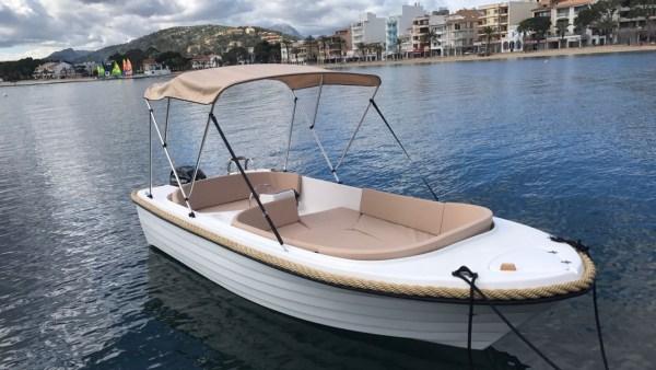 Barco de alquiler sin licencia en Cala Galdana
