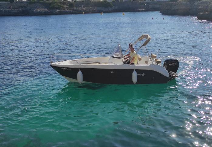 Alquilar lancha en Fornells Menorca con licencia