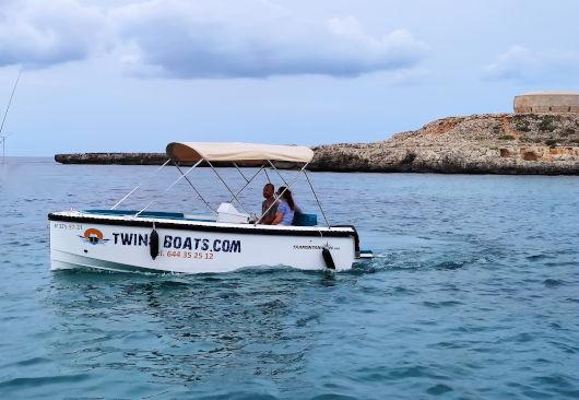 embarcación nueva sin licencia de alquiler en el puerto de Ciutadella de Menorca
