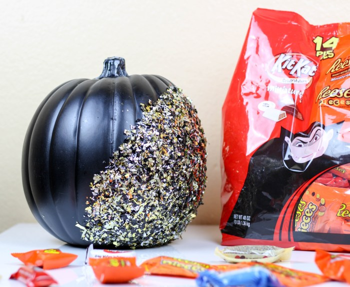DIY Confetti Pumpkin by Twinspiration: http://twinspiration.co/diy-confetti-pumpkin/