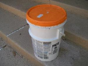 Picture of bucket with closeable cover
