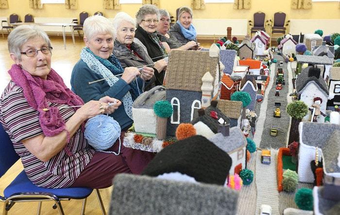 Пенсионеры связали модель своей деревни — получилось очень тепло и уютно! новости, Пенсионер, хобби, Великобритания, вязание, Северная Ирландия, модель, деревня, длиннопост