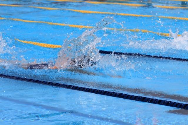 ジムノプールで水泳をする女性はどんな水着を着る 安い水着