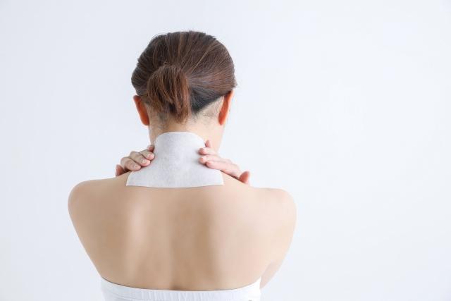 肩こりへの湿布の効果は?温湿布と冷湿布の使い分け方と貼る位置