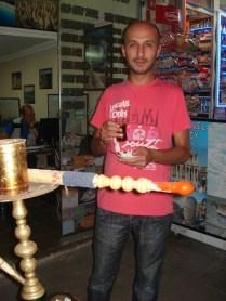 Ibrahim (da GFT Turismo) com seu chá no copinho