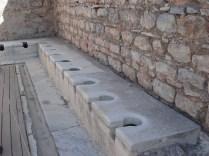 Latrinas muito chics. Os escravos tinham que aquecer o mármore para os donos. Os donos ficavam horas aí, comendo, discutindo, etc.