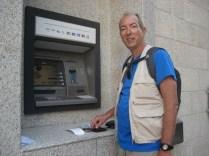 – Olha que cara feliz. Sacando dinares jordanianos da nossa conta corrente no Brasil