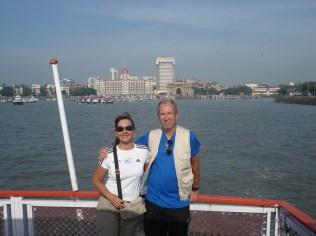 Ao fundo o hotel mais caro de Mumbai (Taj Mahal) e o Gate Way of India