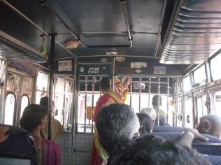 Ônibus de linha com passageiros indo para o trabalho