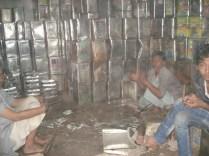 Cidade antiga - homens reciclando latas de manteiga