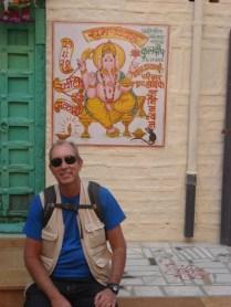 Cidade velha. Em frente a quase todas as casas tem essa pintura da deusa Ganesha