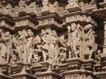 Detalhes das apsaras, que são as dançarinas, em poses sensuais