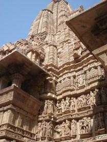 O sanctum é onde fica a divindade e, do lado de fora, entre o hall e ele estão as melhores esculturas