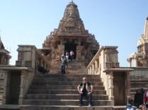 Mais detalhes da entrada. Em algum lugar está a divina trindade: Brahma, Vishnu e Shiva