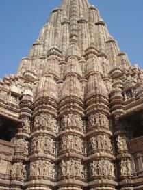 O sanctum é esculpido com detalhes refinados mostrando deuses, deusas, anjos celestiais e amantes