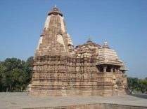 É um templo menor mas diferente porque não tem o sanctum para andar ao redor (circumbulação)