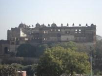 Uma amostra magnífica da arquitetura medieval islâmica com três palácios: Jehangir Mahal, Raja Mahal e Rai Praveen Mahal