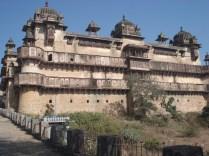 Vista do complexo a partir da ponte. Jehangir Mahal construído no século 17 para a vinda do imperador Jehangir