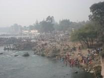 Hindus banhando-se no rio para lavar os pecados