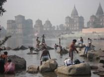 Dia do festival Kumbh Mela que é uma peregrinação da fé hindu em que os hindus se reúnem em um rio sagrado para um banho no rio para limpar o karma. Ao fundo os cenotáfios reais.