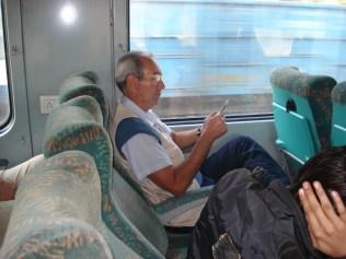 Carlos aproveitando seu assento super espaçoso no trem