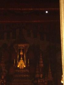 Esse é o ponto alto de todo o complexo. Uma figura de 45 cm esculpida em apenas uma pedra de jade. É o objeto mais reverenciado em toda a Tailândia e a imagem tem roupas diferentes para cada estação do ano.