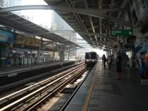 O skytrain corre por cima da cidade e é um primor de organização e limpeza