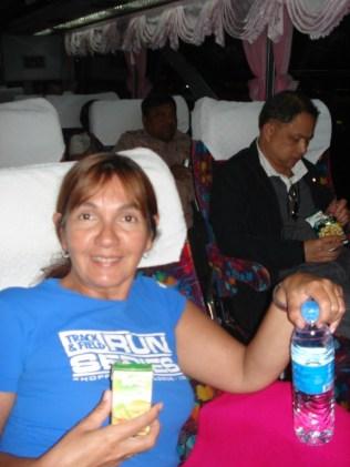 Dentro do ônibus para Krabi. Reparem as cortinas.