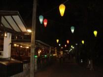 Ao Nang à noite. Rua do footing onde estão todos os bares com música