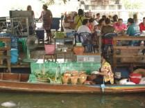 Barcos ficam atracados vendem as coisas