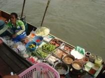 A maioria vende comida. Frutos do mar e peixes