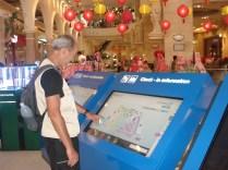 Tudo muito novo e moderno como esse mapa do shopping com touch screen
