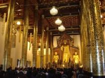 No templo está o Buda de pé, conhecido como Phra Chao Attarot, ladeado por dois discípulos conhecidos como a meditação e o misticismo.
