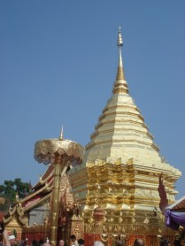 É um dos templos mais importantes da cidade. That Doi Suthep.