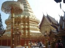 Dentro do templo tem um pagode com uma base de oito lados