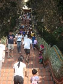 Fica no alto da montanha Doi Suthep. Primeiro a escada com .muitos degraus