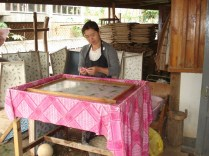 Mulher fazendo papel artesanal