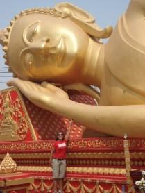 Buda reclinado que fica dentro dos muros da estupa, ao fundo