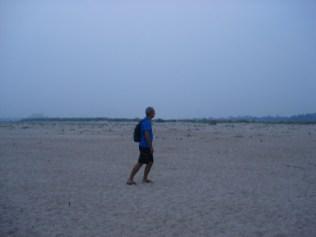 Olha aí o Carlos andando no leito seco do Mekong