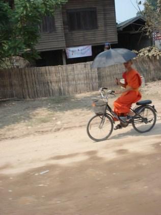 Olha a concentração: sombrinha e bicicleta