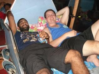 Esse casal ficou fofo: um americano pequeno e um inglês enorme. Dormiram a noite toda e sem fazer conchinha