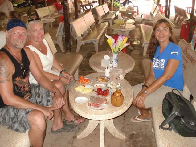 Nós com o casal sueco amigo provando as frutas da região que são famosas