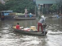 Barco que vende bebidas para os turistas