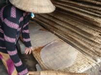 Colocam nesses tabuleiros de bambu que deixa a massa com as marcas quadriculadas características