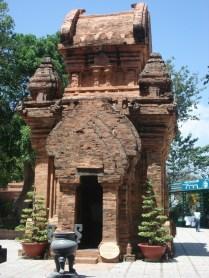 Tem várias referências de templos hindus mas foi dedicado a deusa patrona de Nha Trang