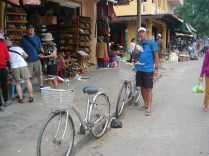 Nossas bicicletas do passeio e o Carlos comendo abacaxi da comemoração