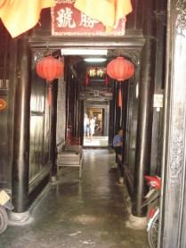 Casa tubo que eram as casas de negócio chinesas. Um lado dá para o rio e é onde eram feitos os negócios, tem um jardim no meio e o outro lado morava a família