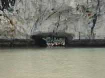 De barco a remo vendo as estranhas formações rochosas